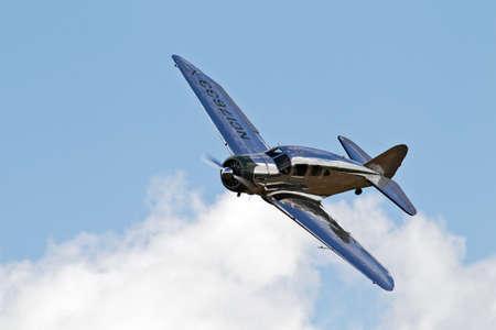 warden: Biggleswade, Reino Unido - 28 de julio Un Spartan Seven que fue propiedad de John Wayne se acerca Old Warden aer�dromo para aterrizar en Julyt 28, 2013 en Biggleswade 34 de estos aviones fueron construidos entre 1913 1940