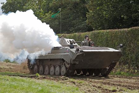 pacto: Headcorn, Reino Unido - 16 de agosto: Un ex Pacto de Varsovia OT90 blindado luchando veh�culo se visualiza alrededor de la principal arena de la demostraci�n para el p�blico para ver a las Operaciones combinadas de mostrar el 16 de agosto de 2014 en Headcorn.