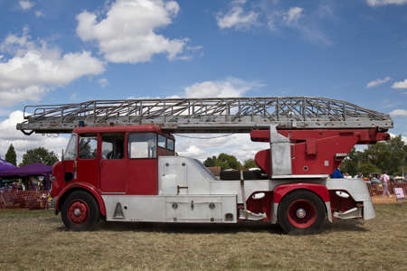 voiture de pompiers: POTTEN END, UK - JULY 27: A preserved vintage fire engine enters the show arena to give a public display at the Dacorum Steam Fair on July 27, 2014 in Potten End. �ditoriale