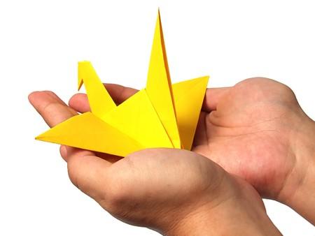 uccello origami: Origami di gru in mano Archivio Fotografico