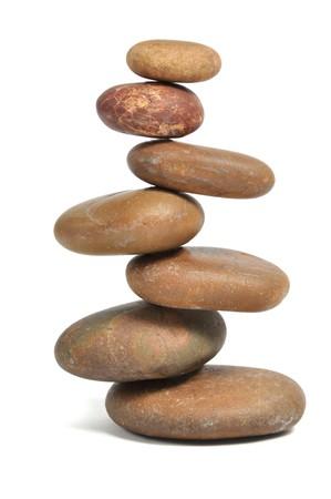Pierres équilibrées sur blanc  Banque d'images