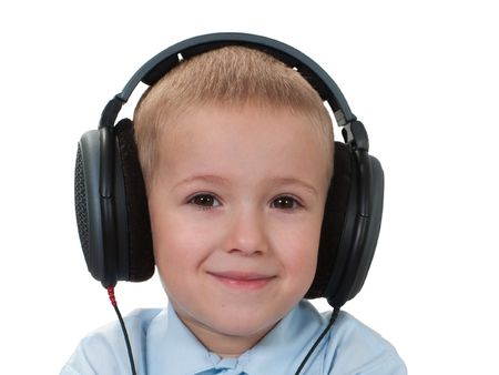 Ni�o peque�o en los auriculares de sonido escuchando m�sica Foto de archivo - 5385250