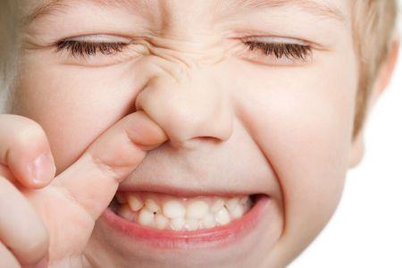 malos habitos: Diversi�n de nariz de expedici�n mirando la cara de ni�o lindo de humano de ojo
