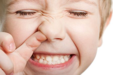 Prelievo naso divertimento guardando gli occhi la cute umana figlio faccia