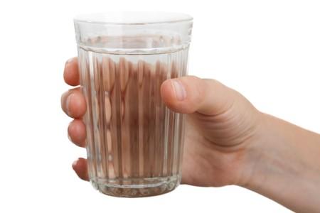 tomando refresco: Mujer mano humana sosteniendo el vaso de agua de beber líquidos  Foto de archivo