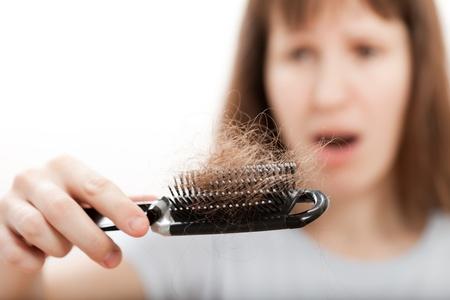 Problema de calvicie mujeres mano peine de pérdida de pelo