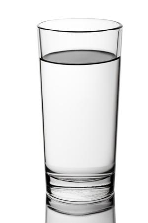 agua purificada: Vaso con facetas aislado en blanco de agua de beber l�quido