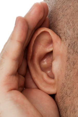 perception: Mano de la persona humana adultos escuchar chismes de o�dos sordos Foto de archivo