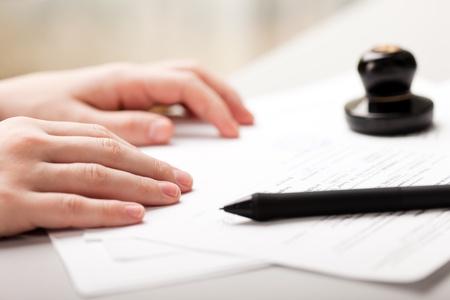 legal document: Hombres de negocios humanos mano documento escrito de pluma