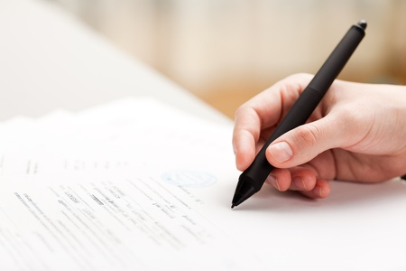 firmando: Hombres de negocios humanos mano documento escrito de pluma