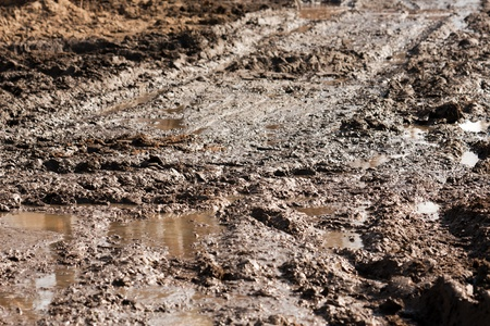 Modderig vuil op off-road landwegtraject buiten rijden Stockfoto