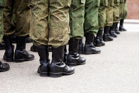 Desfile del ejército - militar fuerza fila de arranque uniforme de soldado Foto de archivo