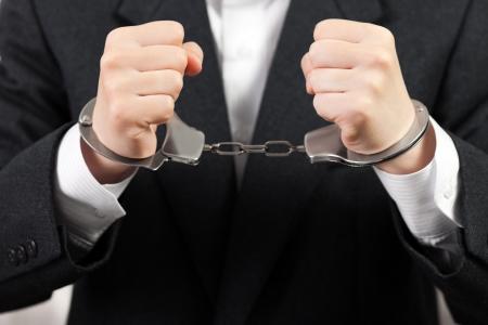 derecho penal: Polic�a esposas acero detenciones negocio hombres manos