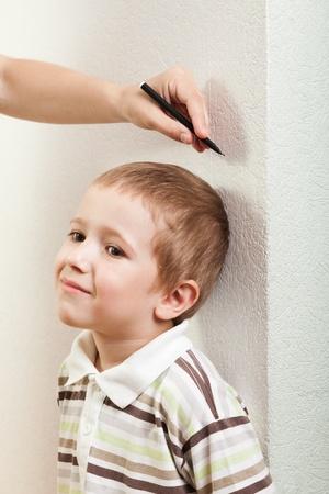 metro de medir: Mano humana medir poco crecimiento de altura ni�o boy