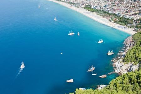 Sommerurlaub - blaue Mittelmeer und Cleopatra Sand Beach Resort in der Türkei Alanya Blick aus alten Berg Burgmauer Lizenzfreie Bilder