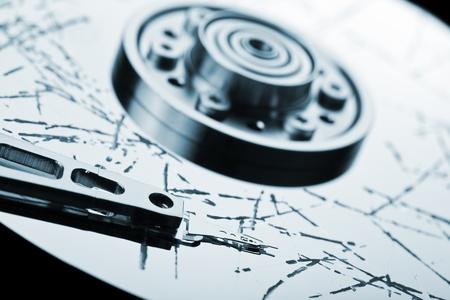 disco duro: Almacenamiento de información de pérdida de datos concepto - la tecnología de disco duro roto equipo superficie del disco