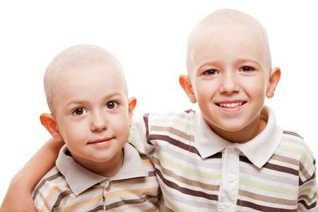 calvicie: Felicidad de la familia - dos hermanos pequeños sonrientes muchachos niño con calvas cabezas rapadas