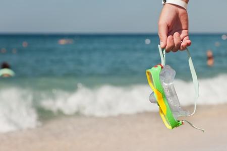 4f4c15e578f #11216037 - Zomer vakanties - vrouw hand holding onderwater duiken bril of  masker op de blauwe zee zand strand