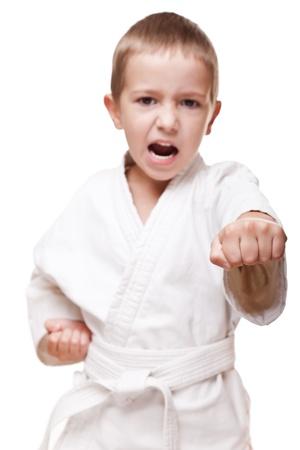 Martial art sport - kind jongen in witte kimono training karate punch