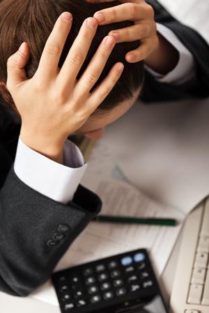 Moe zakenman hand houden van het hoofd in de stress of problemen op het kantoor van de werkplek bureau