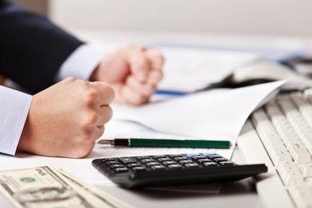 Wütend Geschäftsmann Hand hämmern mit der Faust auf Tisch in Stress oder Probleme am Arbeitsplatz Büro Schreibtisch