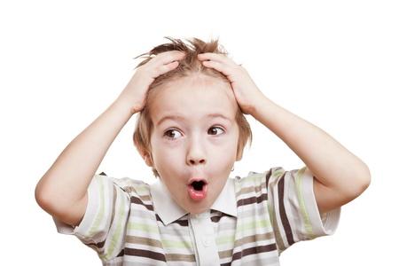 Verbaasd en verrast kind jongen hand die haren op het hoofd
