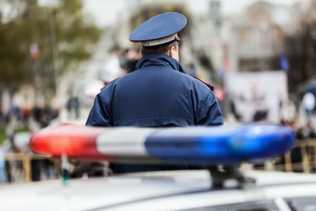 escena del crimen: Ley de delitos de seguridad del servicio oficial de policía de guardia cerca de la calle coche de policía con la luz de sirena