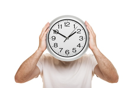 Man Hand mit großen Büro Wanduhr zeigt die Zeit auf weiß isoliert