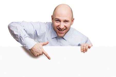 Handsome smiling Glatze Mann mit leeren Zeichen oder Plakat weißem