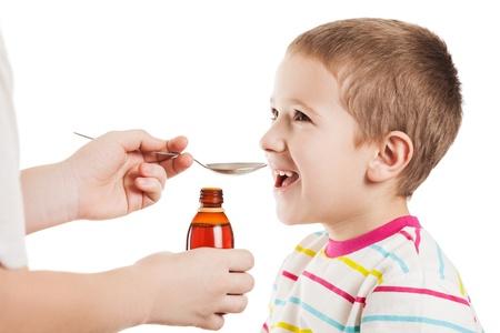 in syrup: La mano del doctor que da dosis cucharada de jarabe de medicamento líquido para beber paciente niño chico