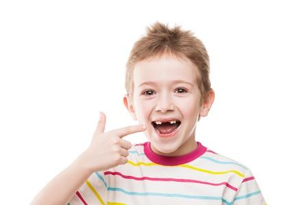 Kleine lächelnde Kind Junge Hand zeigt seine ersten Babymilch oder Milchzähne fallen aus Lizenzfreie Bilder