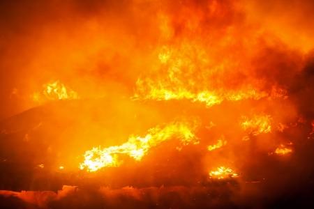 incendio casa: Incendio provocado desastres o la naturaleza - la quema de llamas de fuego en el techo de la casa de madera Foto de archivo