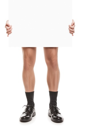 hombre desnudo: hombre adulto en calcetines negros y zapatos de la mano que sostiene el cartel en blanco blanco aislado