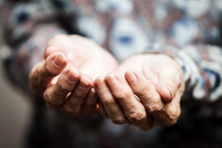 거지 사람과 사람의 povetry 개념 - 음식이나 도움을 구걸 수석 사람의 손