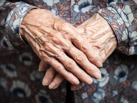 노화 - 아주 오래 된 수석 여자의 손 주름 피부