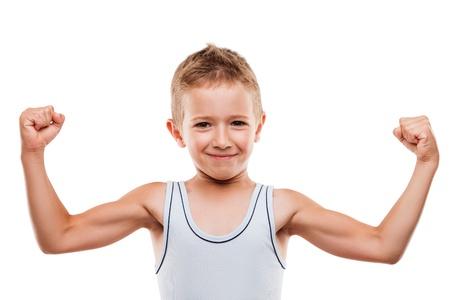 hombre fuerte: Belleza sonriente muchacho del deporte del ni�o que muestra su mano m�sculos b�ceps fuerza blanco aislado