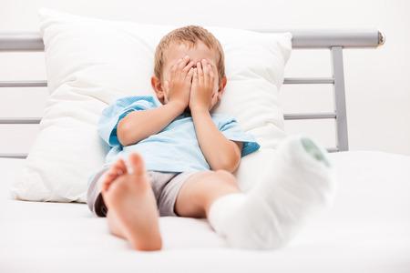 pierna rota: La salud humana y el concepto de la medicina - niño chico con una venda de yeso en la pierna fractura del talón o el hueso roto en el pie