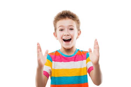 sorprendido: Belleza sonriente sorprendido o sorprendida muchacho niño gesticula mano mostrando gran tamaño blanco aislado