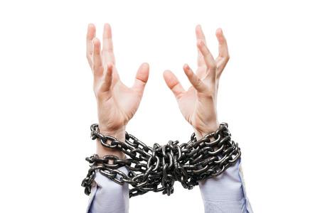 gefesselt: Business-Probleme und Misserfolg bei der Arbeit Konzept - Geschäftsmann mit Metallkette Knoten gebunden erhobenen Händen bis zur Rettung Hilfe weiß isoliert Lizenzfreie Bilder