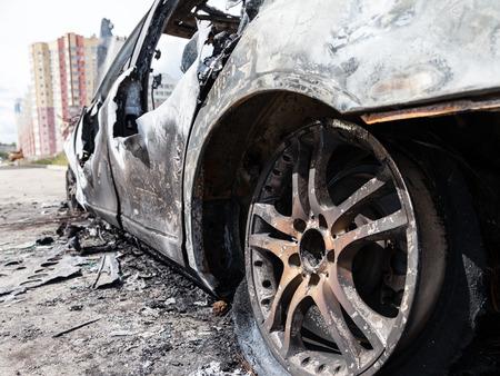 quemado: Accidente de carretera accidente o incendio incendios rueda quemada vehículo chatarra Foto de archivo