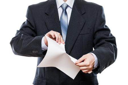 Business-Probleme und Misserfolg bei der Arbeit Konzept - wütend Geschäftsmann in schwarzen Anzug Hand reißen Papier Dokument weiß isoliert