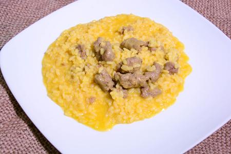 Risotto mit Safranwürstchen und Chilischote Standard-Bild - 87246155