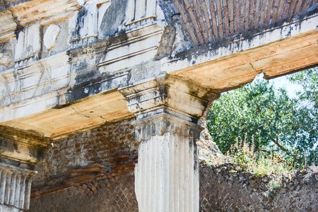 detail of the Doric capital of the Doric column and the upper transept Archivio Fotografico - 114399560