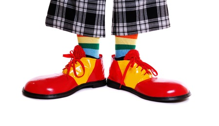 clown cirque: chaussures de clown sur fond blanc