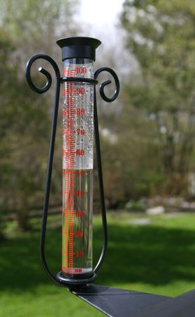 rain gauge: Pluvi�metro para medir la precipitaci�n