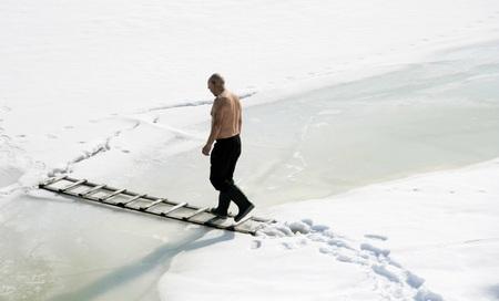 frozen lake: Man lopen op een ladder op een bevroren meer