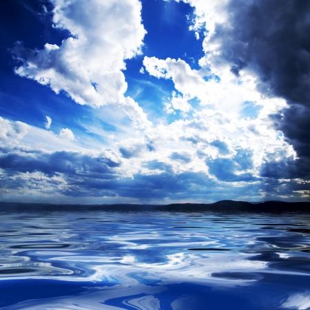 cielo y mar: nubes blancas y el agua  Foto de archivo