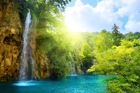 wodospady w głębokich lasów