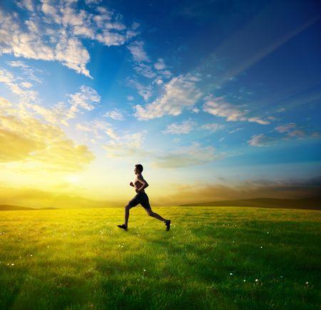 Zachód słońca i prowadzenie młodego człowieka