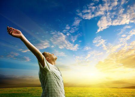 libertad: campo de hierba de la primavera y la puesta de sol